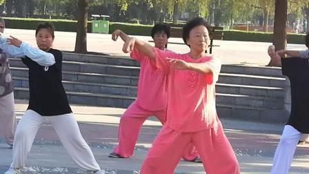 市政广场队晨练心意混元16式太极拳