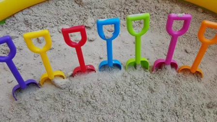 玩沙模和铲冰淇淋玩具