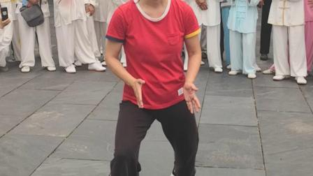 世界太极冠军邱慧芳女士谈练太极拳步法身法要领,松膝落胯,直中带曲,脚正身斜,轻灵沉稳。
