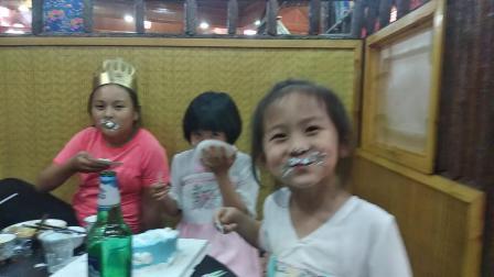女儿11岁生日吃蛋糕