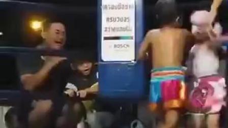 泰国儿童打拳击赛:小男孩VS小女孩 打拳也从娃娃抓起?