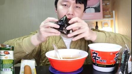 韩国大胃王小哥吃杯面+热狗+三角紫菜包饭吧唧嘴