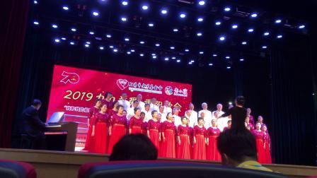 合唱(东方红)演唱:宝山区友谊路街道滨江之声合唱团。指挥:陈凤。钢伴:褚国强