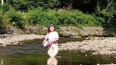 二零一九年七月八日手机随拍《小洋伞游水墨汀溪游樂》