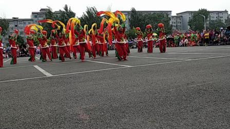 世纪花园表演队参加省秧歌大赛表演秧歌舞:中华全家福