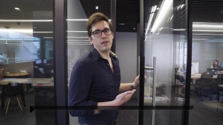 首席执行官Jan Janssen在QHF办公室进行视频导览。
