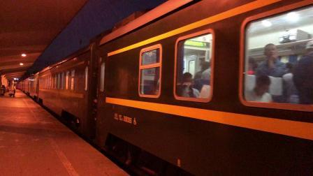 客车Z166次进西安站3站台7道