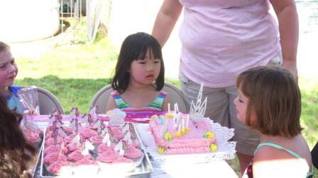 20190608小朋友给贝拉唱生日歌吃生日蛋糕