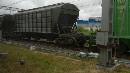 俄罗斯超长货列通过圣彼得堡货站(当地时间8:49)