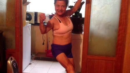 恐怖七十三岁奶奶秀肌肉