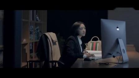 女老板加班到深夜,男下属反了锁办公室的门,把老板按倒在办公桌上