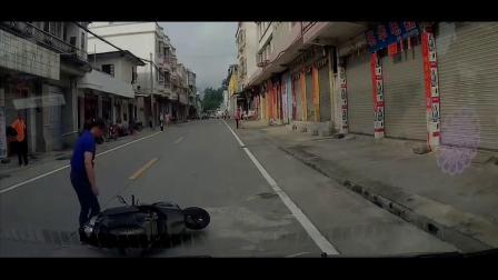 交警面前把警车撞飞绿化带,画面一度尴尬,路口减速慢行多观察
