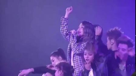 #爱上好音乐# 萧亚轩现场演唱《让爱飞起来》,流言无法阻止我们,让爱飞起来有我们撑着,这一刻!  