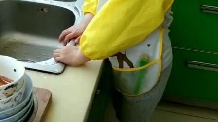 孙女成长日记洗碗