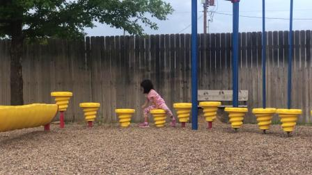 20190706爱玛在小区公园的通道难关上熟练走过
