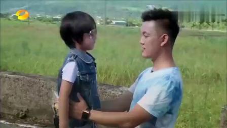 爸爸去哪儿:村长正在抱着Kimi说想他呢,结果下一秒Kimi就跳戏了