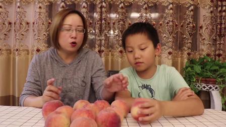 """试吃""""阳山水蜜桃"""",直接撕皮就能吃,一边吃一边滴水超级甜"""