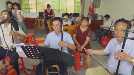 顶瓜瓜——周江乐器爱好者弹奏的乐曲一点也不输专业乐队