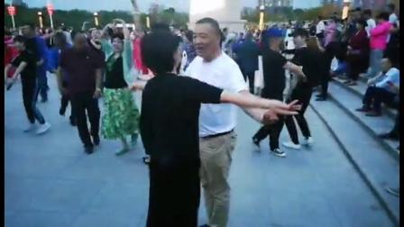 许晓红和安子在南湖广场跳新疆舞