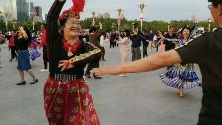 颖萍爱和李光在南湖广场跳新疆舞
