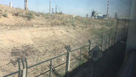 包兰线 T304次运行于乌海西至黄白茨区间,通过乌海黄河特大桥,时速由115减至91