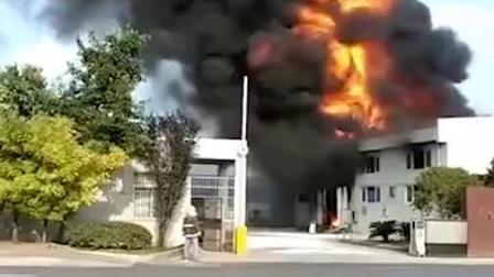 南昌一化工厂仓库发生爆炸 瞬间腾起巨大火球 黑烟直冲天际
