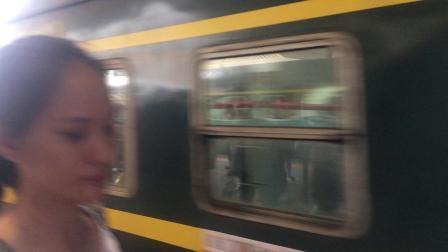 2019.7.30柳州南站 HXD3C狒狒牵引5535次湛江-金城江与DF4B武警货列同向进站