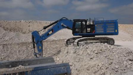 卡特彼勒374F挖掘机在装载745C自卸车