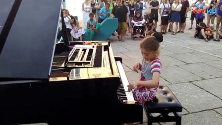 我在8-year-old Soley plays at an Open Piano in Vienna - MQ 09_2016截了一段小视频