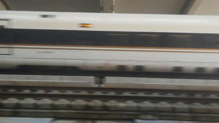G170次列车驶出常州北站,G1922次列车驶入常州北站16:22