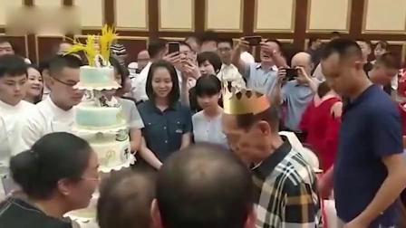 袁隆平90大寿蛋糕上是水稻 8个字概括人生经验