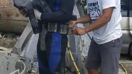 水下切割护筒脚 先进行探摸 水深八米 亲自抄刀