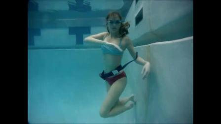 美女泳池练习憋气