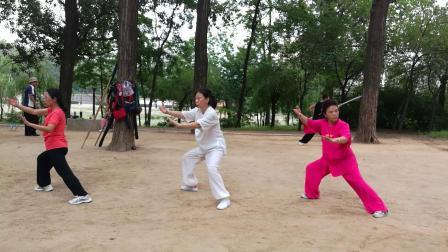 与老师和师妹一起晨练吴式四十五式太极拳