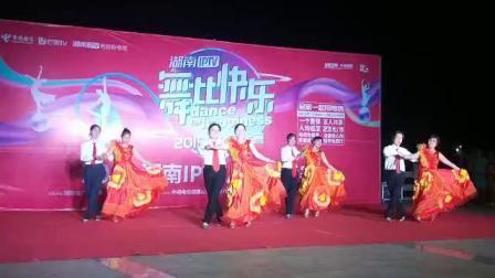 队长熊家英带领(金秋舞蹈队)参加比赛表演精彩舞蹈,侯书林转发并上传。