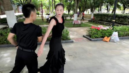 万宁市人民公园广场舞《中三步》交谊舞,表演者:小郭和小黄