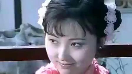 《家春秋》里,大表哥和梅表姐在酒宴上眉目传情,陈晓旭温婉动人
