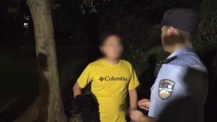 警方夜查不文明养犬 有人看到警察抱起狗撒腿就跑