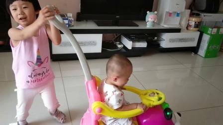 姐妹俩在客厅玩