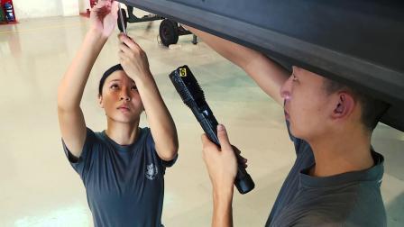 新加坡空军F-16战机维护女机械师
