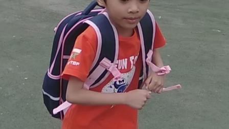 2019年8月31号交学费*,王茜第一次进入学校背着书包在操场上走路,王茜正好六周岁零一个月