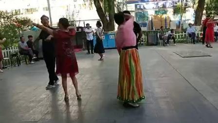 73岁善心即佛老太太和麦舞高手风的同舞。(在巴州人民广场)