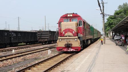 DF7G5207牵引平煤104次通勤列车宝丰站停车
