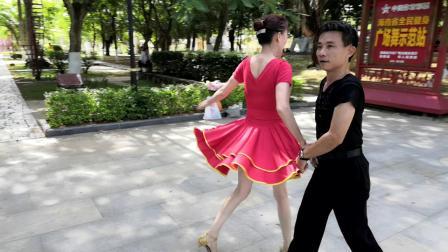 万宁市人民公园广场舞《平四》交谊舞   小郭和小黄组合