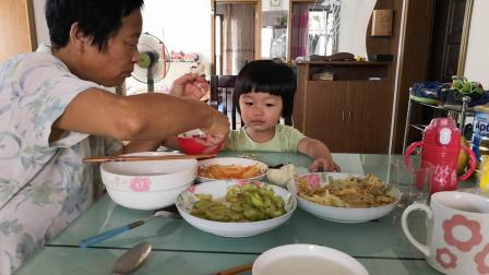 和奶奶吃饭