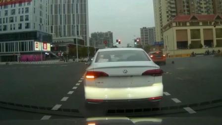 不能等等吗?电动车闯红灯被瞬间撞飞!这下场真让人惋惜
