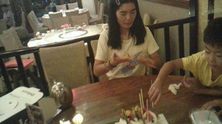 奶奶过生日,江瑞钊为奶奶插蜡烛。