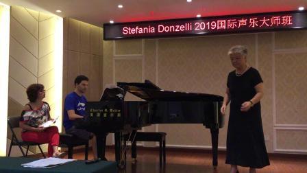 在意大利教授声乐大师班上演唱意大利歌曲《假如你爱我》
