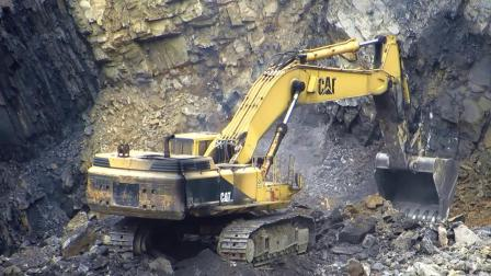 卡特彼勒375 ME挖掘机在装载特雷克斯TA35's自卸车