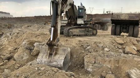 利勃海尔984挖掘机在装载卡特773D自卸车